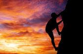 Horolezec na pozadí při západu slunce. Sport a aktivní život — Stock fotografie