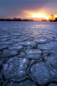 Winter landscape with frozen lake and sunset sky. — Stock fotografie