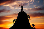 Man on top of the mountain and the other people to climb up — Stok fotoğraf
