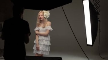 Trabalhar no estúdio de fotografia — Vídeo stock