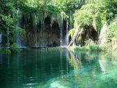 Chutes d'eau dans le parc national de tomber dans le lac turquoise. plitvice, croatie — Photo