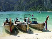 Boats in Phi Phi island — Stock Photo