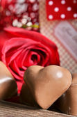 Chocolates y rosas rojas — Foto de Stock