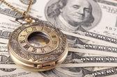 Relógio de bolso em dinheiro — Zdjęcie stockowe