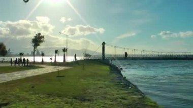 Vue ville et bord de mer à l'intérieur de la voiture — Vidéo