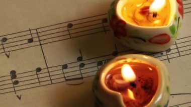 Musiknoten und kerzen — Stockvideo