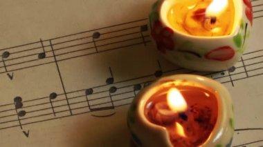 Muziek notities en kaarsen — Stockvideo