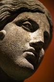 Ancienne statue en marbre de visage et corps — Photo