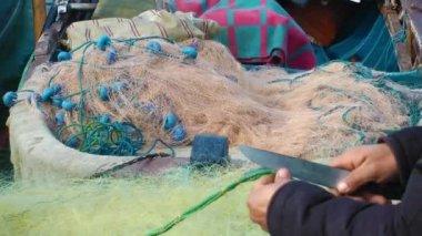 Fisherman repairs fishnets — Stock Video