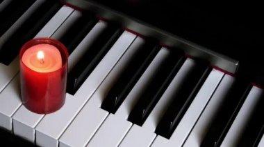 Tasten eines klaviers und kerzenlicht — Stockvideo