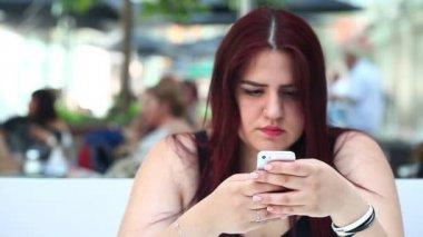 Mladá dívka s mobil — Stock video