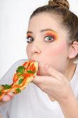 Sorpreso mani donna aiutando te stesso a mangiare gli spaghetti. ha grandi occhi, dipinti con ombre colorate, che mostrano la sua situazione di sorpresa. — Foto Stock