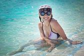 年轻女子在游泳池 — 图库照片