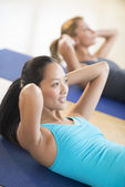 Woman Doing Sit-Ups At Health Club — Stock Photo