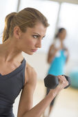 Woman Lifting Weights At Gym — Foto de Stock