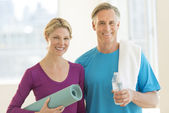 Couple With Exercise Mat Water Bottle And Towel In Club — Stock Photo