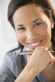 Felice imprenditrice con la mano sul mento — Foto Stock