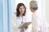 病院で患者を議論する医師 — ストック写真