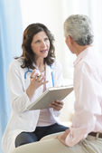 Doctor Discussing With Patient In Clinic — Stock Photo