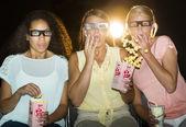 震惊看 3d 电影在影院中的少女 — 图库照片