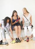 Freundinnen, die versuchen, auf neue schuhe zu hause — Stockfoto
