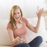 远程控制在沙发上看电视的女人 — 图库照片