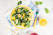 Baby Spinach, Onions, and Oranges Salad — Stock Photo