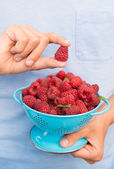 Child Holding Bowl of Fresh Raspberries — Stock Photo