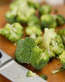 Posiekane i gotowi być gotowane brokuły na deski do krojenia — Zdjęcie stockowe