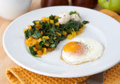 Spinach Cooked with Yellow Bell Pepper and Fried Egg for Healthy Breakfast — Stock Photo