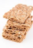 Kupie pełnoziarniste krakersy zdrowy na białym tle — Zdjęcie stockowe