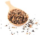 Chai lösa blad te som tjänstgör på bambu sked — Stockfoto