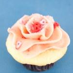 ピンクのハートとかわいいバニラ ストロベリー ケーキを振りかける — ストック写真 #29077329
