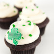 Chocolate Cupcakes with Green Icing, Sprinkles, and Clover — Stock Photo #29077395
