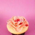 ハートのキャンディとイチゴ バニラケーキ — ストック写真 #29077429