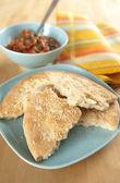 Platt bröd bitar serveras med fräsch salsa — Stockfoto