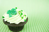 Chocolate Cupcakes with Green Icing and St. Patrick's Day Decorations — Stock Photo