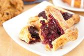 Cherry smördeg tart, danska och scones till frukost — Stockfoto