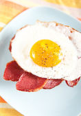 Canadian Bacon, Freshly Fried Egg and English Muffin Morning Sandwich — Foto Stock