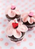 Tortine al cioccolato con glassa alla fragola e codette — Foto Stock