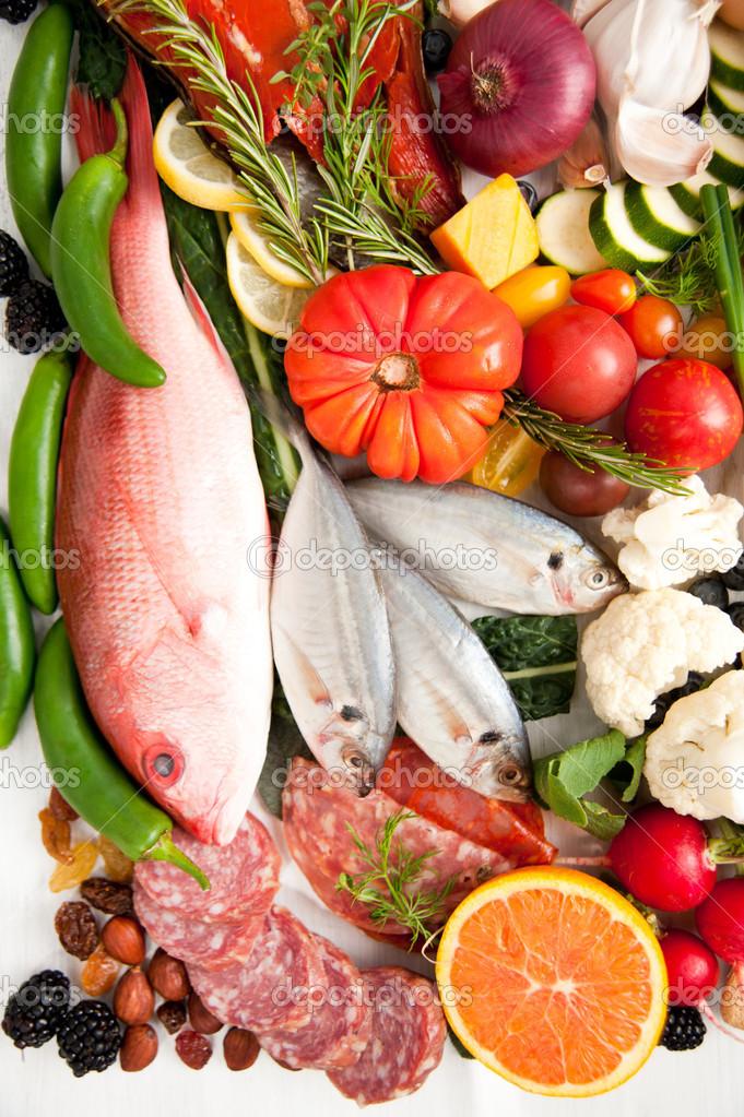 Variedade de alimentos saud veis com peixes ovos legumes for Fish and veggie diet
