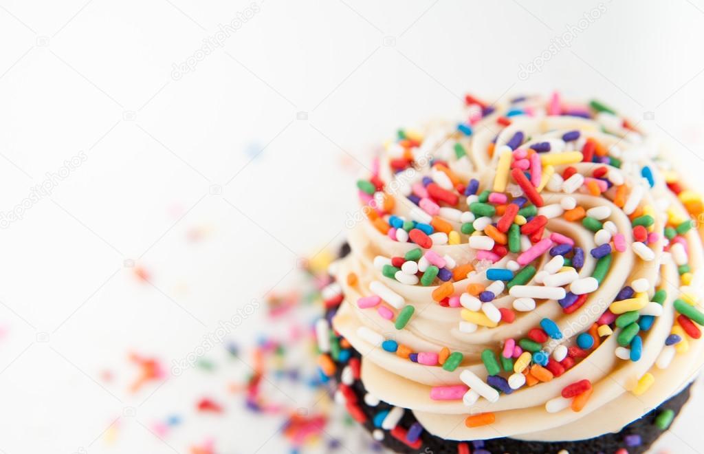 可爱的巧克力生日蛋糕与彩虹巧克力粉和白色粉红色登录— 照片作者 an