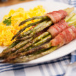 Asparagus Wrapped in Bacon and Served with Scrambled Eggs — Foto de Stock