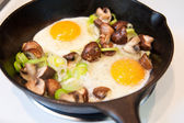 Fresh Organic Eggs Fried with Baby Portobello Mushrooms and Leeks — Stock Photo