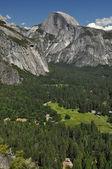 Half dome et la vallée d'yosemite — Photo