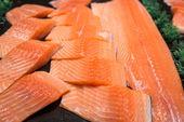 Filet de saumon sur les friteries — Photo