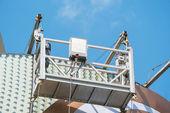 Empty hanging scaffold under blue sky — Stok fotoğraf