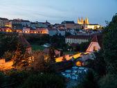 Pequeño pueblo y hradcany castillo en la noche — Foto de Stock