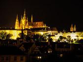 Hradcany castillo y st vitus cathedral en la noche — Foto de Stock