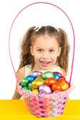 所有激发年轻的女孩和与巧克力蛋篮 — 图库照片